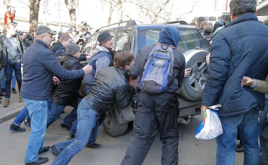 Demonstranci próbują przedrzeć się przez kordon milicji