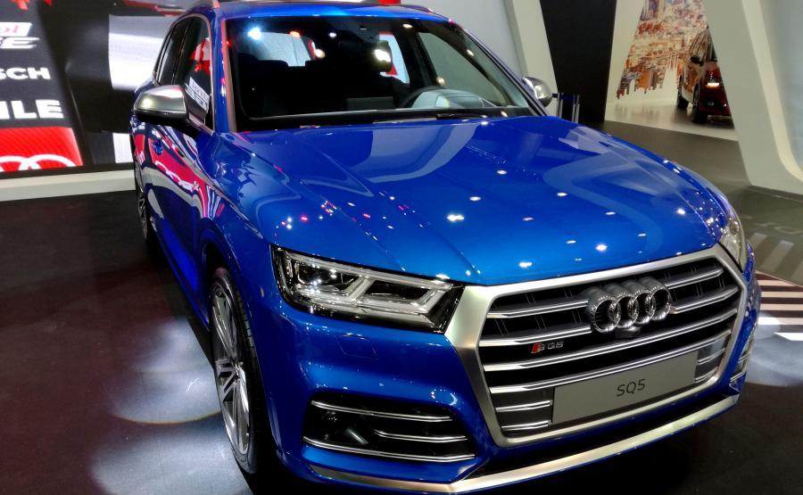 Niebieski kolor robi niesamowite wrażenie. Ale w nowym Audi SQ5 dostępny jest też stworzony wyłącznie na potrzeby tego modelu lakier karoserii w kolorze czarnym Panther