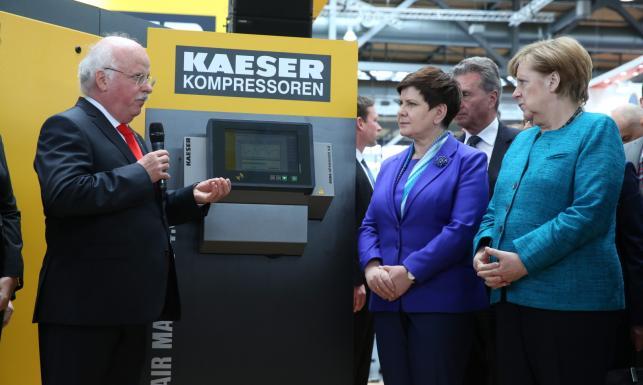Zagrały z robotem w kółko i krzyżyk, dostały broszki w kształcie K-dronu. Merkel i Szydło otworzyły targi Hannover Messe 2017 [ZDJĘCIA]