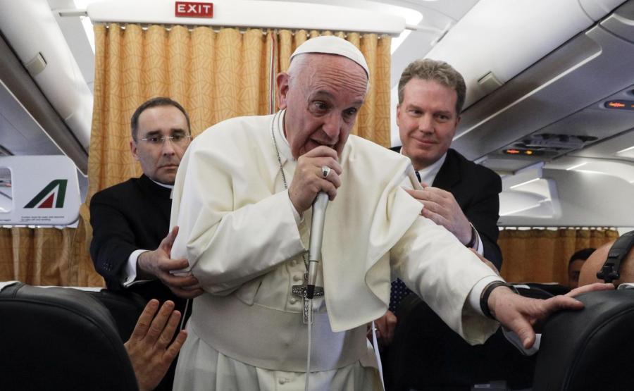 Papież Franciszek na pokładzie samolotu w drodze powrotnej z Egiptu