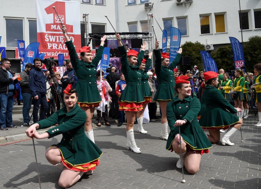 Mażoretki występują przed pochodem z okazji Święta Pracy, organizowanym przez OPZZ i SLD w Warszawie.