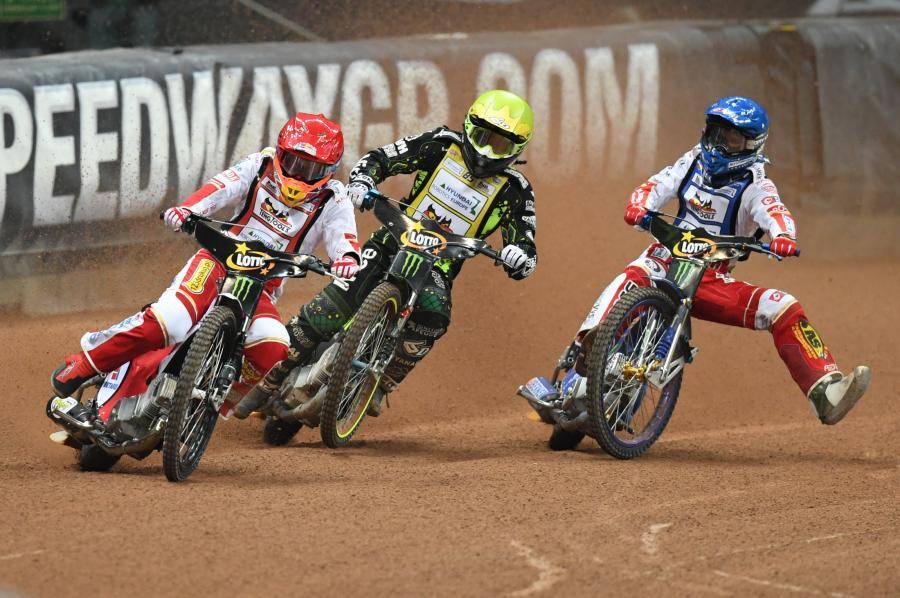 Szwed Antonio Lindback (żółty kask), Polak Bartosz Zmarzlik (niebieski kask) i Polak Maciej Janowski (czerwony kask)