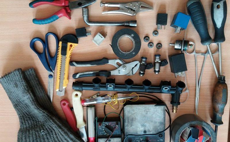 Zabezpieczono torbę z narzędziami, którymi jeden z oszustów miał naprawiać zepsute auta
