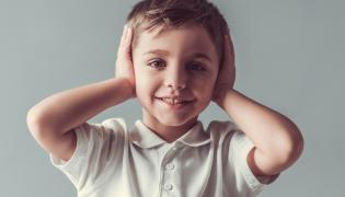 Dziecko zakrywa uszy