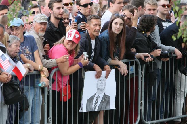 A niektórzy przyszli nawet z wizerunkami amerykańskiego prezydenta.
