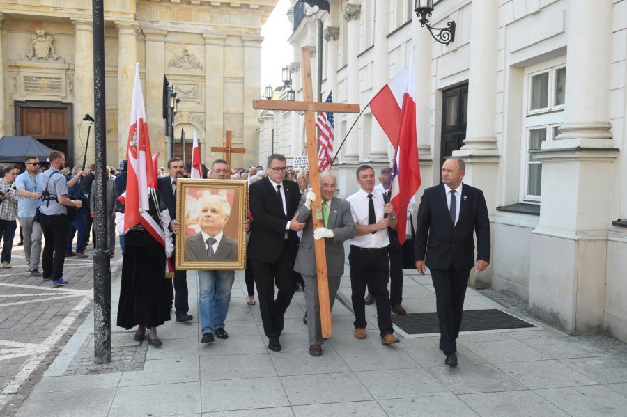 Amerykańska flaga wśród polskich sztandarów
