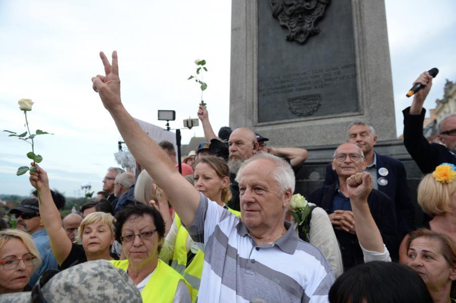 Uczestnicy kontrmanifestacji - wśród nich byli opozycjoniści Władysław Frasyniuk, Jan Lityński i Stefan Niesiołowski (C front) pod kolumną Zygmunta na pl. Zamkowym