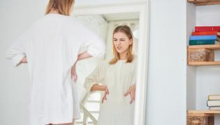 Niezadowolona kobieta przed lustrem