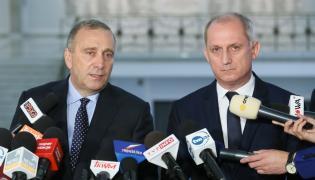 Przewodniczący PO Grzegorz Schetyna i przewodniczący KP PO Sławomir Neumann podczas konferencji prasowej w Sejmie.