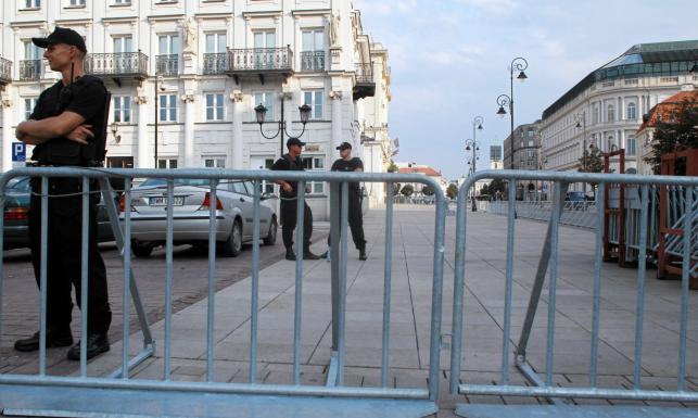 88 miesięcznica smoleńska. Krakowskie Przedmieście przegrodzone barierkami. ZDJĘCIA