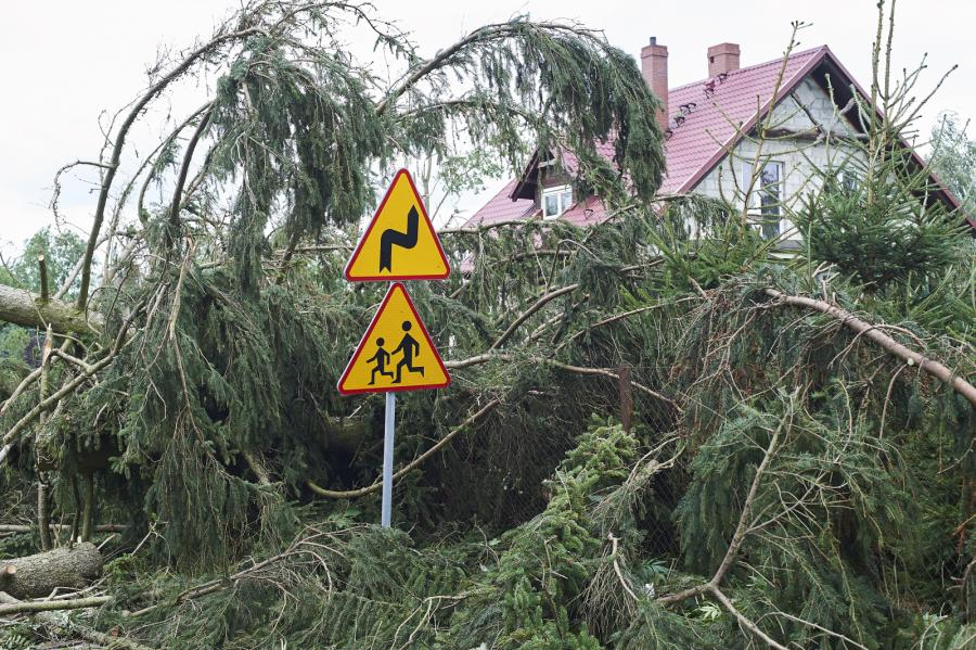 Zniszczenia po nawałnicy w miejscowości Lotyń