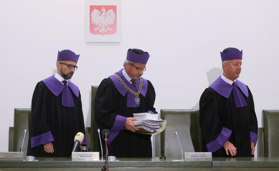Sędziowie, od lewej: Dawid Miąsik, Maciej Pacuda i Krzysztof Staryk podczas rozprawy