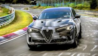 Alfa Romeo Stelvio Quadrifoglio jest wyprodukowana z ultralekkich materiałów i oferuje doskonałe rozłożenie masy 50/50, najlepszą w segmencie sztywność skrętną plus wałek napędu z włókna węglowego