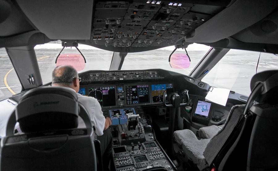 Kokpit samolotu Boeing 787 Dreamliner, którym latał Jerzy Makula
