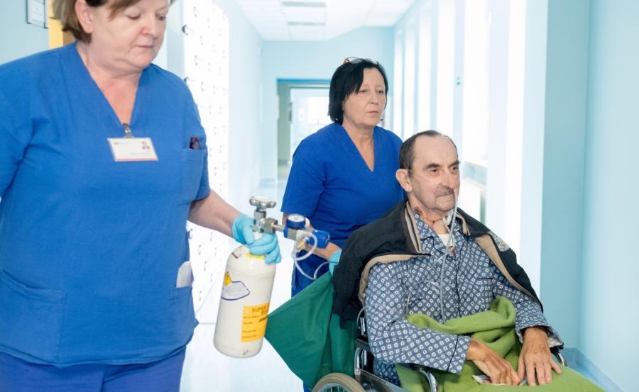 Pan Krzysztof, pacjent, który przeszedł zabieg allotransplantacji, obejmujący drogę pokarmową, oddechową i powłokę skórną