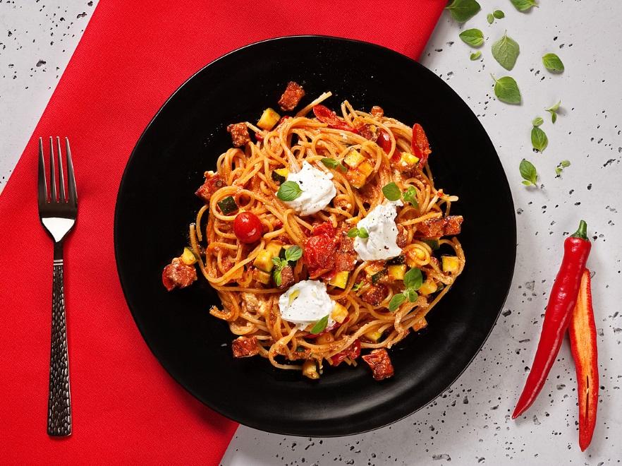Spaghetti z kiełbasą pepperoni i ricottą