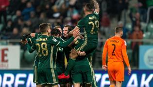 Piłkarze Śląska Wrocław cieszą się z gola podczas meczu Ekstraklasy z Zagłębiem Lubin