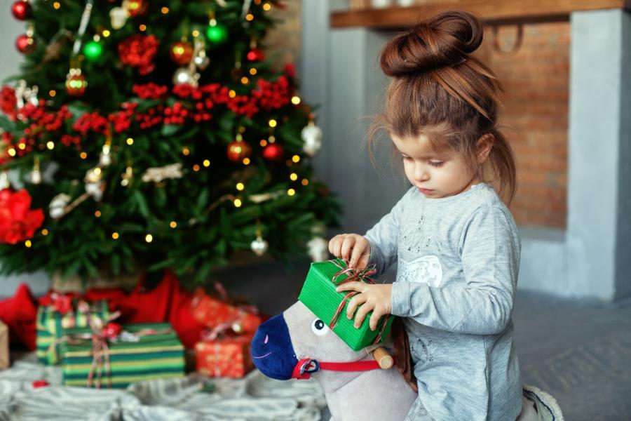 Dziecko rozpakowuje prezenty