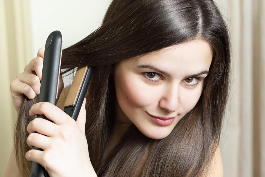 Kobieta prostuje włosy