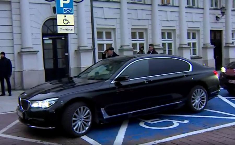 Antoni Macierewicz wysiada ze służbowego BMW