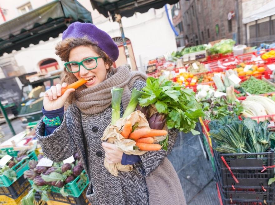 Kobieta na straganie z warzywami