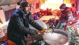 Baza zimowej wyprawy narodowej na niezdobyty zimą szczyt w Karakorum K2 (8611 m). Pakistańscy kucharze przygotowują wodę z lodu