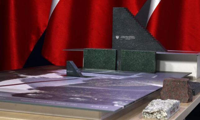 0520e0aa088db 15.30 na pl. Piłsudskiego nastąpi odsłonięcie Pomnika Ofiar Tragedii  Smoleńskiej 2010 roku. Po godz. 16 planowane są wystąpienia prezydenta