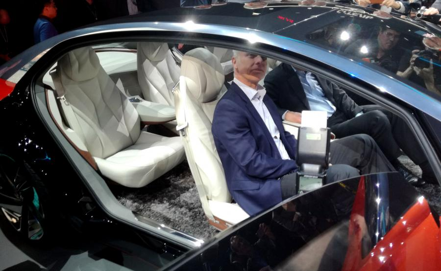Volkswagen I.D. VIZZION jeździ sam. Właściciel przez internet może zaprogramować w aucie trasę. Samochód pobiera z chmury odpowiednie dane, automatycznie ustawia fotel zgodnie z potrzebami konkretnego pasażera. Dodatkowo stosownie do informacji zawartych w profilu użytkownika automatycznie wybiera odpowiednie ustawienia klimatyzacji, oświetlenia i multimediów, włącznie z usługami streamingowymi czy zapachami. Za pomocą osobistego asystenta można aktywować trzy tryby podróży: Relax, Active oraz Family