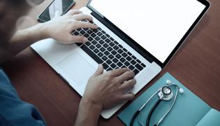 Lekarz pracuje na komputerze