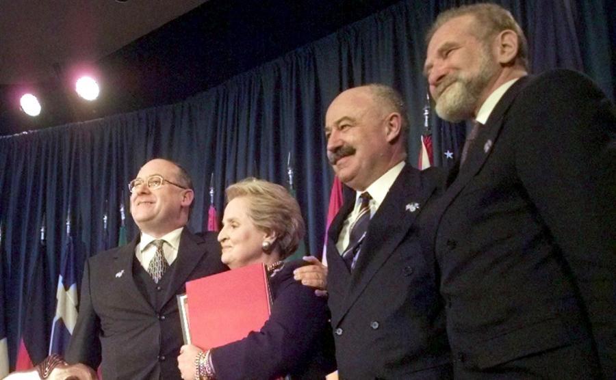 Jan Kavan, Madeleine Albright, Janos Martonyi i szef polskiej dyplomacji Bronisław Geremek