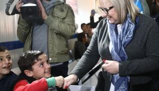 """Beata Kempa przybija """"żółwika"""" z syryjskim chłopcem"""