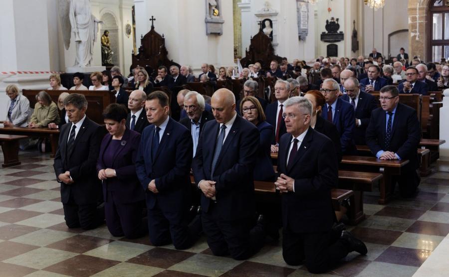 Uczestnicy porannej mszy świętej w intencji ofiar katastrofy smoleńskiej