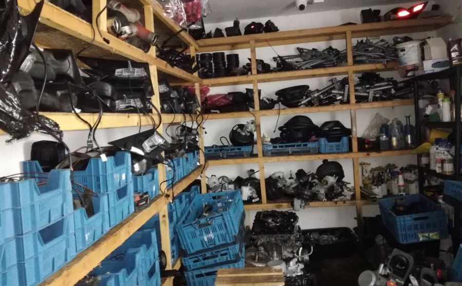 Mundurowi po akcji na Podkarpaciu potrzebowali ośmiu ciężarówek, by przewieźć do policyjnych magazynów części kradzionych aut znalezione w dziuplach