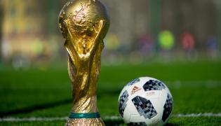 Najcenniejsze piłkarskie trofeum mierzy 36 cm, waży ponad 6 kg i jest wykonane z 18-karatowego złota