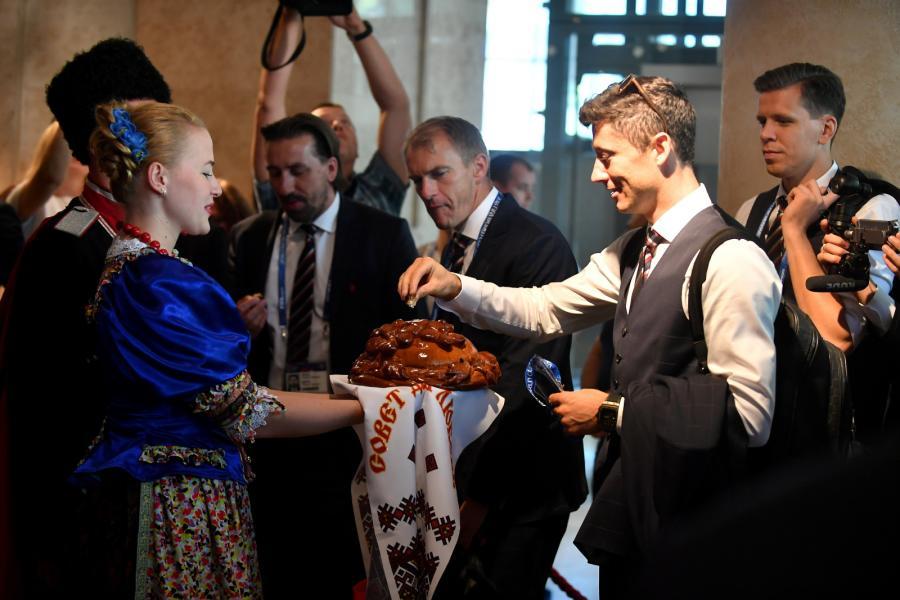 Robert Lewandowski (2P) i Wojciech Szczęsny (P) witani w hotelu Hyatt Regency