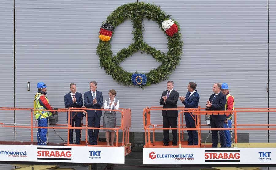 Na hali nr 3 fabryki w Jaworze zawisła wiecha o średnicy 2 m w kształcie gwiazdy Mercedesa