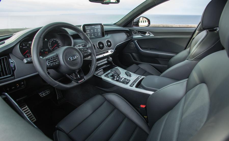 Za kierownicą można wybierać pomiędzy pięcioma trybami jazdy. Zmianie ulegają ustawienia silnika, skrzyni biegów oraz siła tłumienia amortyzatorów