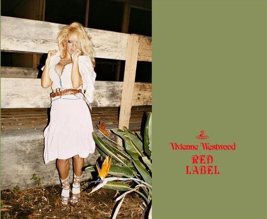 Pamela Anderson wystąpiła w ubraniach z nowej kolekcji Vivianne Westwood. Autorem zdjęć jest Juergen Teller