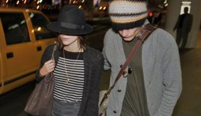 BAUER-GRIFFIN.COMKeira Knightley and boyfriend Rupert Friend arrive at Los Angeles International Airport  and shy away from the cameras.Job: 70111Y1      January 10, 2007NON-EXCLUSIVE        Los Angeles, Californiawww.bauergriffin.com