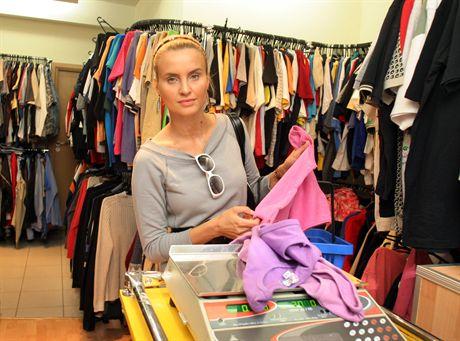 warszawa 21 08 2006Joanna Horodynska , kupuje w lumpeksie , lumpeks , zakupyfot Rafal Meszka