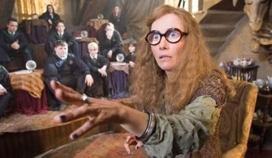 "Harry Potter i Zakon Feniksa EMMA THOMPSON as Sybill Trelawney in Warner Bros. Pictures' fantasy ""Harry Potter and the Order of the Phoenix."" Foto: © 2007 Warner Bros. Ent. Harry Potter Publishing Rights © J.K.R."