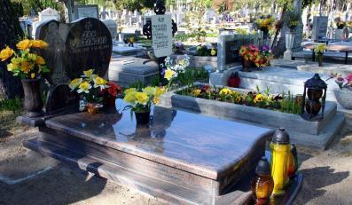 63-latek niszczył nagrobki, bo miał pretensje do rodzin zmarłych