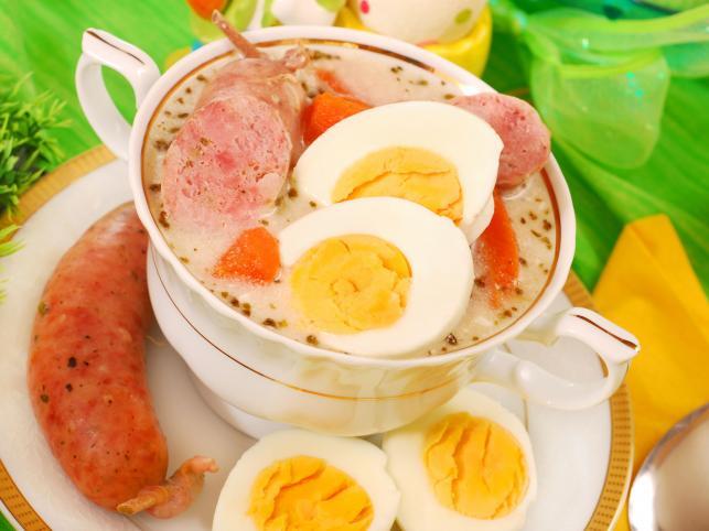 Żurek z białą kiełbasą i jajkami