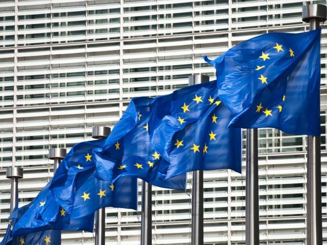 Flagi Unii powiewające przed siedzibą Komisji Europejskiej