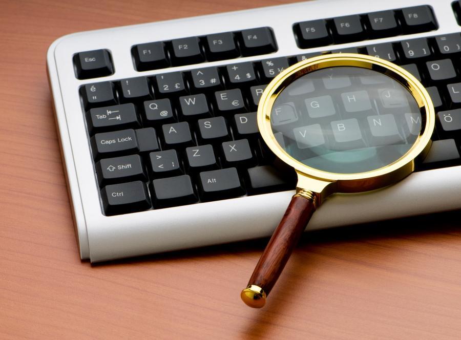 Lupa na klawiaturze - zdjęcie ilustracyjne