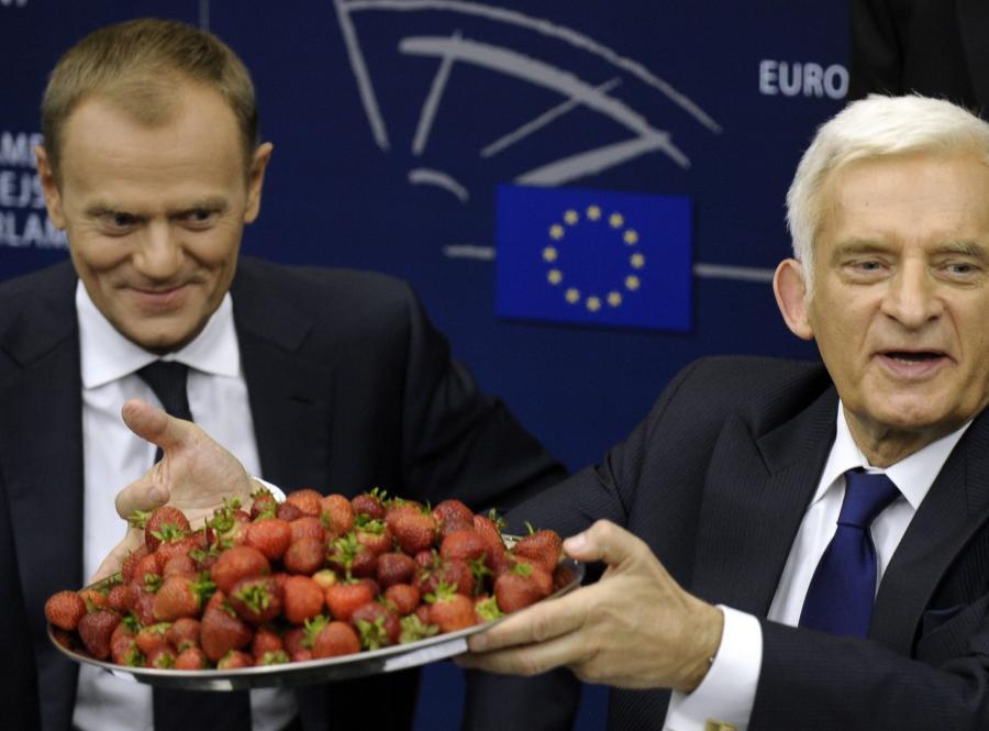 Donald Tusk i Jerzy Buzek zachwalają polskie truskawki