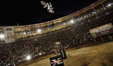 Zobacz latające motocykle na arenie do walki byków