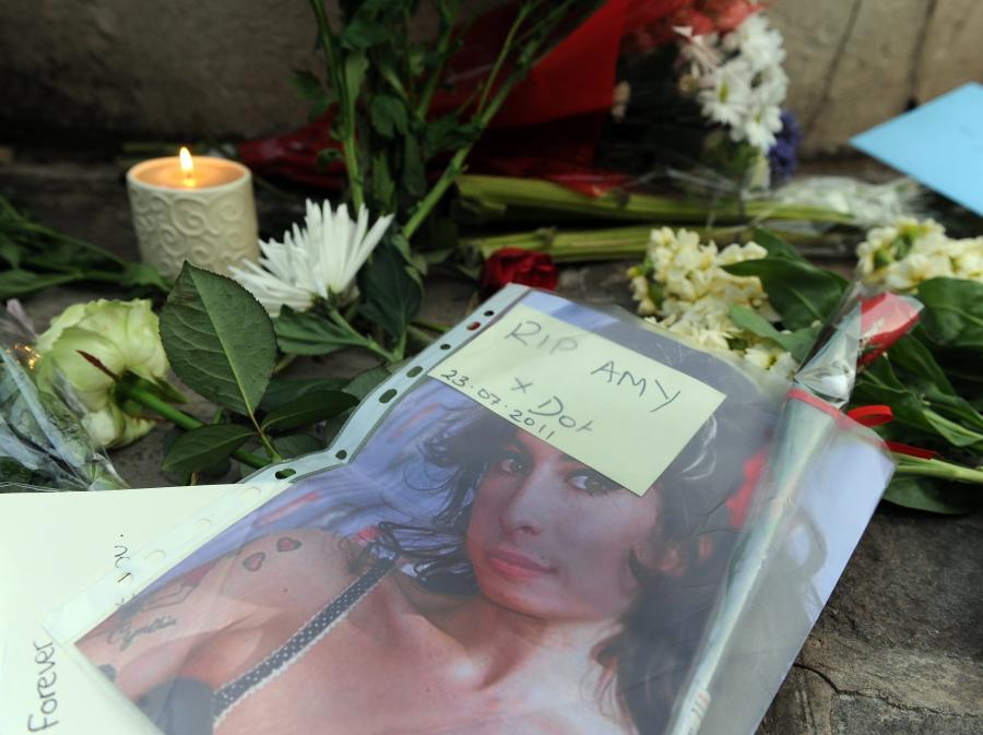 Fani składają kwiaty pod domem Amy Winehouse