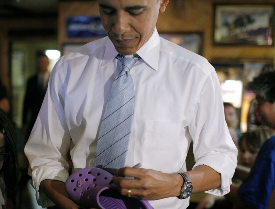 Prezydent Barack Obama składa autograf na crocsach