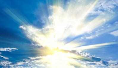 Slońce przebija się przez chmury
